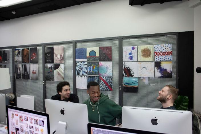 Salle de cours des étudiants graphistes à l'école Garti basée à Neuilly sur Seine